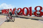 In den kommenden vier Wochen dreht sich in Russland fast alles um Fussball. Blick auf das WM-Willkommensschild in Sotschi. (Bild: Mohamed Messara / EPA (Sotschi, 12. Juni 2018))