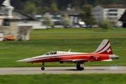 Start eines Tiges der Patrouille Suisse ab dem Militärflugplatz Emmen. (Bild: Boris Bürgisser, 26. April 2014)