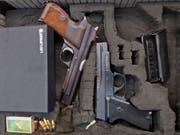 Verdacht auf illegalen Handel mit Waffen und Munition im Internet bei der Schwyzer Kantonspolizei. (Bild: KEYSTONE/GAETAN BALLY)