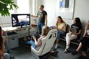 An diesem Fahrsimulator erkannten die Schüler die Gefahren verschiedener Ablenkungen während des Autofahrens. (Bild: Emilie Jörgensen)