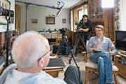 Filmemacher Martin Wabel (rechts) im Gespräch mit Ruedi Lange, welcher Filmmaterial zur Verfügung stellte. (Bild: PD)