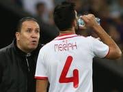 Dank freundlicher Unterstützung des eigenen Goalies zur Trinkpause nach Sonnenuntergang: Tunesiens Yassine Meriah (Bild: KEYSTONE/AP)