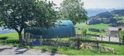 Diese Rundbogenhalle vermag den Ansprüchen an die Ästhetik in der Landschaftsschutzzone nicht zu genügen. (Bild: Rolf Rechsteiner)