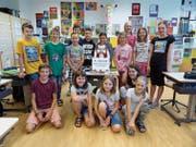 Die Schülerinnen und Schüler mit Klassenroboter Nao im Schulzimmer. (Bild: PD/Gaby Sager)