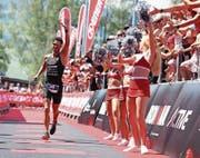 Der Bütschwiler Manuel Küng beim Zieleinlauf. Umjubelt von Fans und Empfangsdamen. (Bild: PD)