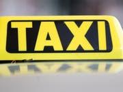 Ein Taxifahrer hat sich in Luzern an mehreren Kundinnen vergangen und muss dafür ins Gefängnis. (Bild: KEYSTONE/APA/APA/GEORG HOCHMUTH)