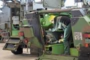 Blick in die Produktion des Kreuzlinger Rüstungskonzerns Mowag. (Bild: Reto Martin (Kreuzlingen, 20. November 2013))