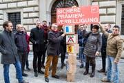 Die SP des Kantons Luzern übergibt die Unterschriften für ihre Prämienverbilligungs-Initiative vor dem Regierungsgebäude an die Abteilung für Gemeinden. (Bild: Manuela Jans Koch, Luzern, 2. Februar 2018)