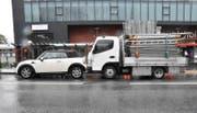 Weil der Sicherheitsabstand fehlte, prallte der Lieferwagen in das anhaltende Auto. (Bild Landespolizei)