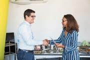 Soraya Amar, medizinische Direktorin Blutspende Schweiz, gratuliert Blutstammzellenspender Christian Rymann. Bild: Manuela Jans-Koch (Luzern, 14. Juni 2018)