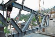 Fünf solcher Fachwerkträger aus Stahl, je 17 Tonnen schwer, verbinden die beiden Bauten. (Bild: PD)