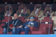 Diego Maradona (rechts im Vordergrund) beim Match Russland - Saudi-Arabien. (Bild: Keystone)