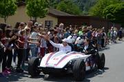 Die Schülerinnen und Schüler zeigten sich begeistert von den unterschiedlichen Elektrofahrzeugen. (Bilder: Corinne Hanselmann)