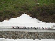 Das Feld an der Tour de Suisse 2016 auf dem Weg hinauf zum Furkapass (Bild: KEYSTONE/GIAN EHRENZELLER)