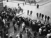 Die Genfer Unruhen: Bei der Protestkundgebung gegen den Faschismus in Genf am 9. November 1932 schossen Armeemitglieder auf Demonstranten und Passanten. Es gab 13 Tote und 65 Verletzte. (Bild: Keystone/STR)