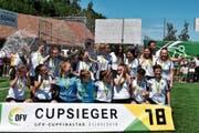 Ausgelassen feiern die Fussballerinnen des FC Appenzell ihren Sieg im regionalen Cup. Das Team steigt zudem in die 1. Liga auf. (Bild: MC)