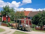 Im mittleren dieser drei Häuser in Vimmerby wuchs Astrid Lindgrens Vater auf. Das Häuschen bildete die Kulisse zu Lindgrens Kinderbuch «Wir Kinder aus Bullerbü» und von der gleichnamigen Verfilmung durch Lasse Hallström. Nun steht es für knapp 100'000 Franken zum Verkauf. (Pressebild Gde Vimmerby) (Bild: Pressebild Gde Vimmerby)