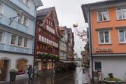 Auch bei Regenwetter leuchten die bunten Fassaden in der Appenzeller Hauptgasse. (Bild: Benjamin Manser)