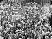 An den Anliegen hat sich seit 27 Jahren nichts geändert: Streikende Frauen am nationalen Frauenstreik vom 14. Juni 1991 in Zürich. (Bild: KEYSTONE/STR)