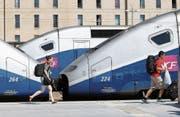 Züge der SNCF und Passagiere am Bahnhof St-Charles in Marseille. (Bild: Claude Paris/AP (16. Juni 2014))