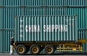 Arbeiter entladen einen Container aus dem Reich der Mitte. (Bild: Frank Robichon/EPA; Tokio, 18. Februar 2016)