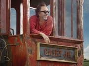 Regisseur Tim Burton in der Kulisse seiner «Dumbo»-Realverfilmung. Der erste Trailer ist soeben erschienen, Kinostart ist nächsten Frühling. (Pressebild) (Bild: Pressebild)