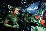 Besucher der E3-Messe spielen das Xbox-One-Spiel «Ori And The Will Of The Wisps». (Bild: Bilder: Casey Rodgers/AP (Los Angeles, 10. Juni 2018), PD)