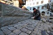 Ein Mitarbeiter des Unternehmens Eberle schleift den früheren Laden. Bild: Max Eichenberger