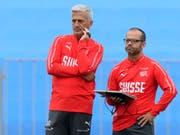 Markus Tschopp (rechts) hat auf seinem Laptop alle Daten zur Trainingsleistung der Spieler (Bild: KEYSTONE/LAURENT GILLIERON)