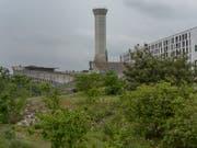 Seit 1995 steht dieser 53 Meter hohe Abluftkamin auf dem Erlenmatt-Areal in Basel, ohne je seinen Zweck erfüllt zu haben. Nun wird das 3,5 Millionen Franken teure Bauwerk abgebrochen. Archivbild: KEYSTONE/Georgios Kefalas) (Bild: KEYSTONE/GEORGIOS KEFALAS)