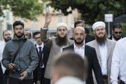 Vor Prozessbeginn: Nicolas Blancho, Präsident des Islamischen Zentralrats Schweiz (rechts), mit dem Medienverantwortlichen Qaasim Illi (Mitte) und Kulturproduzent Naim Cherni.