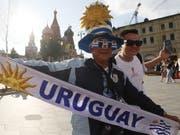 Die Fans aus Uruguay geben sich siegessicher (Bild: KEYSTONE/EPA/MAXIM SHIPENKOV)