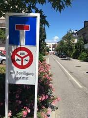 Die Fahrverbotstafel an der Kreuzung Kronenstrasse/Kirchstrasse. (Bild: Martin Rechsteiner)
