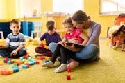 Wer ein Praktikum in einer Kindertagesstätte absolviert, hat längst nicht immer eine Lehrstelle auf sicher. (Bild: Getty)