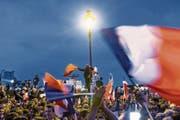 Da war die Euphorie noch gross: Feiernde Macron-Anhänger vergangenes Jahr in Paris. (Bild: Christophe Petit-Tesson/EPA; 7. Mai 2017)