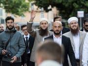 Die Angeklagten Naim Cherni (v.l.), Qaasim Illi und Nicolas Blancho erschienen zum Prozessauftakt Mitte Mai gemeinsam. (Bild: KEYSTONE/TI-PRESS/ALESSANDRO CRINARI)