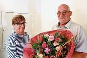 Als Dank für den guten Rechnungsabschluss: Blumen für Schulpflegerin Jeannette Künzle von Schulpräsident Pius Hollenstein. (Bild: Werner Lenzin)