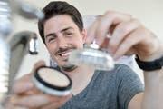 Der Egnacher Michael Loepfe mit seinem neu entwickelten Filter für den Heimgebrauch. (Bild: Donato Caspari)