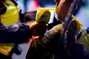 Nach einem Rückfall ist ein Schwyzer Autofahrer seinen Führerschein auf unbestimmte Zeit los. (Symbolbild Valentin Flauraud/Keystone)