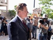Der frühere Wahlkampfhelfer von US-Präsident Donald Trump, Paul Manafort, muss bis zu seinem Prozess ins Gefängnis (Bild: KEYSTONE/EPA/MICHAEL REYNOLDS)