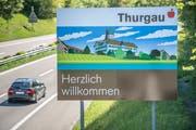 Herderns Wahrzeichen, das Schloss, auf der Autobahn bei Kreuzlingen. (Bild: Reto Martin)