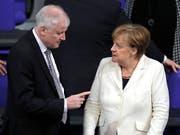 Die deutsche Kanzlerin Angela Merkel lässt sich im Asylstreit den Weg nicht von Innenminister Horst Seehofer aufzwingen. (Bild: KEYSTONE/AP/MARKUS SCHREIBER)