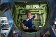Ruedi Wiedler bei seiner Arbeit bei den Pilatus-Werken im Rumpf eines PC-24. (Bild: Corinne Glanzmann (Stans, 12. Juni 2018))