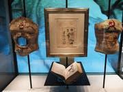 Frida Kahlos Korsetts in der Ausstellung «Frida Kahlo: Making Her Self Up» im Victoria and Albert Museum in London. Das Loch im Exponat links könnte ihre Trauer über den fehlenden Fötus meinen: Kahlo hatte - vermutlich als Folge ihrer körperlichen Versehrtheit - mehrere Fehlgeburten. (Bild: Keystone/EPA/NEIL HALL)