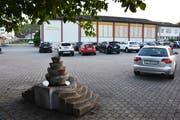 Auf dem Areal, wo sich heute die Parkplätze befinden, soll der Neubau dereinst zu stehen kommen. Im Hintergrund ist die bisherige Schulanlage Dorf in Bütschwil zu sehen. (Bild: Anina Rütsche)