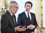 Österreichs Bundespräsident Van der Bellen (l) und Bundeskanzler Kurz fordern von Deutschland Aufklärung zu den Enthüllungen, dass der deutsche Bundesnachrichtendienst über viele Jahre systematisch Behörden und Firmen in Österreich abgehört haben soll. (Bild: KEYSTONE/APA/APA/HANS PUNZ)