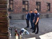 Die Rapper Farid Bang (M) und Kollegah (r) beim Besuch der KZ-Gedenkstätte Auschwitz (Bild: KEYSTONE/Internationales Auschwitz Komite/BERND OERTWIG/IAK)