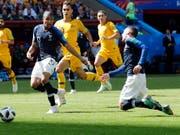 Der erste aktive Entscheid des Video-Schiedsrichters an einer Fussball-WM: Antoine Griezmann wird gefoult (Bild: KEYSTONE/EPA/SERGEY DOLZHENKO)