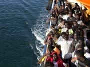 Von Nichtregierungsorganisationen (NGO) aufgenommene Flüchtlinge im Mittelmeer (Bild: KEYSTONE/AP Italian Red Cross/YARA NARDI)