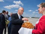 Vom Flughafen in Rostow am Don zum Schweizer Nationalteam: Bundespräsident Alain Berset (Bild: KEYSTONE/PETER KLAUNZER)
